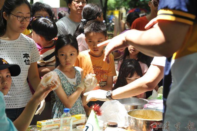 2016埔里生態城鎮園遊會,小朋友專心聆聽廢油怎麼做肥皂。(柏原祥攝)
