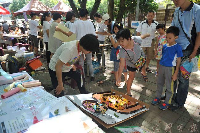 2016埔里生態城鎮園遊會,志工作打擊空汙彈珠台,相當受到孩子們的歡迎。(柏原祥攝)