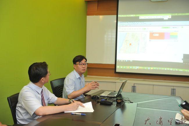 建國科大教務長林義証也是資管博士(右),協助建立暨大附中校務大數據分析系統。(柏原祥攝)