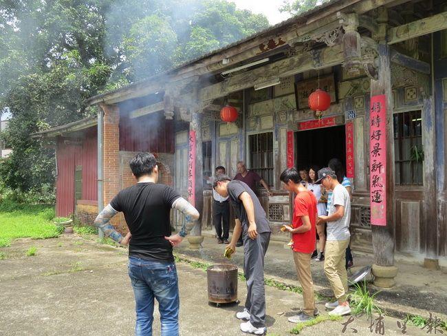 溪南劉家古厝家族成員端午節祭拜、燒金紙的景象。(李休睏攝)
