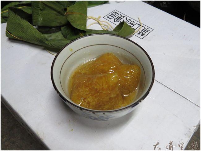 沾上蜂蜜的「鹼粽」,是成功社區極具特色的端午節料理方式(模擬畫面/李休睏提供)
