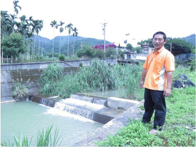 推動「野蜂生態園區」的社區發展協會理事長徐福宏,站在種瓜溪旁進行解說,強調將來園區位址將坐落於後方的耕地空間,並要開闢步道連貫溪畔的進出動線。(李休睏攝)