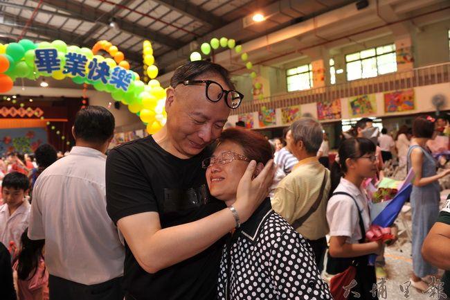 埔里國小校長易元培(左)見到跆拳道教練黎俊明遺孀柯玉秀,立即給她一個大大的擁抱。(柏原祥攝)