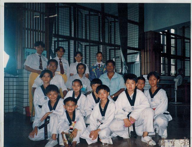 黎俊明(三排右)曾帶領著埔里國小子弟兵,闖蕩出地方跆拳道輝煌的年代。(科玉秀提供)
