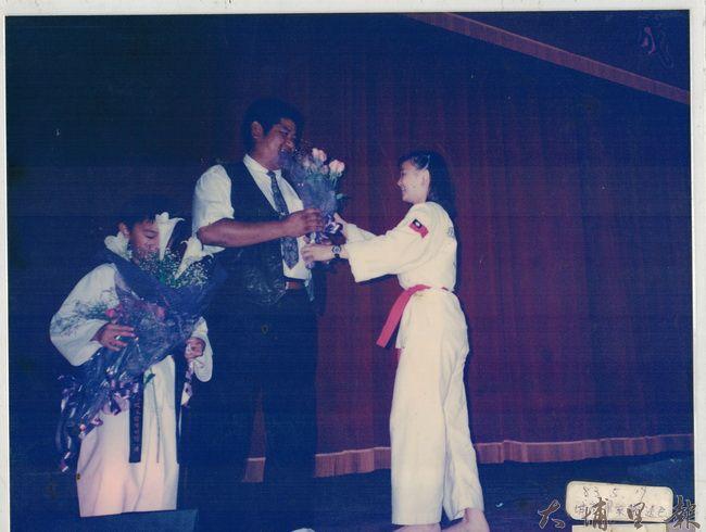 跆拳道教練黎俊明帶孩子學武術也學武德,相當受到孩子們的敬重。(柯玉秀提供)