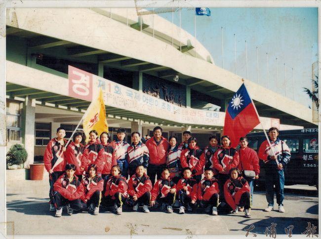跆拳道教練黎俊明(中)曾帶埔里的孩子們遠征韓國,獲得多項獎牌光榮歸國。(柯玉秀提供)