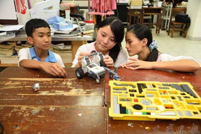國姓鄉北梅國中參加「2016年亞洲智慧型機器人大賽」,連續兩年拿下該大賽項目第一,展現偏鄉學校科技潛力。(廖仲政攝)