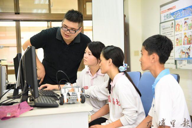 參加智慧型機器人大賽不僅要組裝機器人,也要具備撰寫程式的能力。(廖仲政攝)