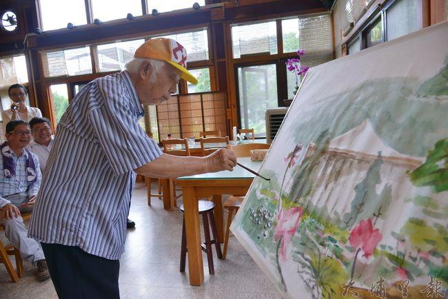 畫家孫少英在紙教堂園區畫「大荷」,吸引許多遊客與同好駐足。(紙教堂提供)