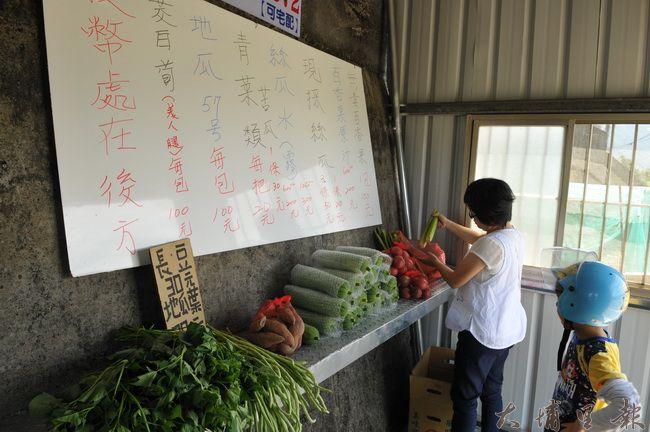 良心蔬果店的白板上寫著蔬菜品項與價格,消費者自行選購。(柏原祥攝)