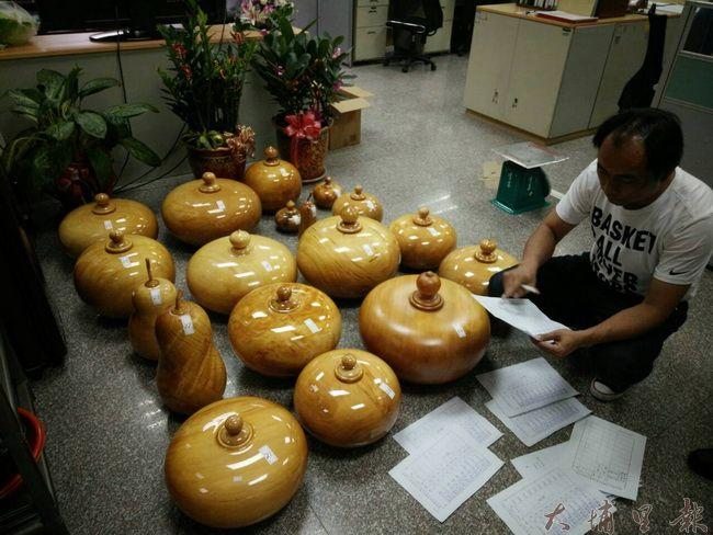仁愛警分局警方查獲多件已經製作完成的扁柏聚寶盆藝品。 (仁愛警分局提供)