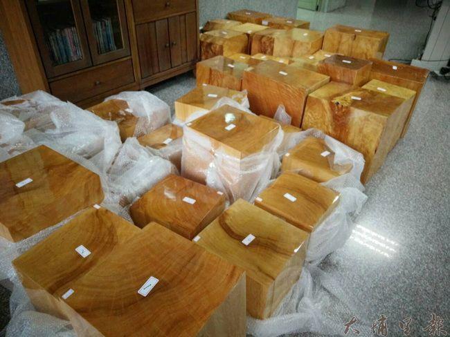 仁愛警分局搜索名間鄉一處藝品店,查獲珍貴扁柏原木44塊。(仁愛警分局提供)