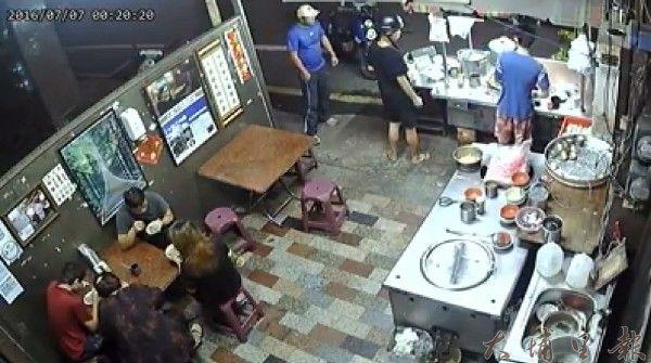 白帽男竊嫌上肉圓攤消費,似乎在觀察地形。(圖擷自臉書)