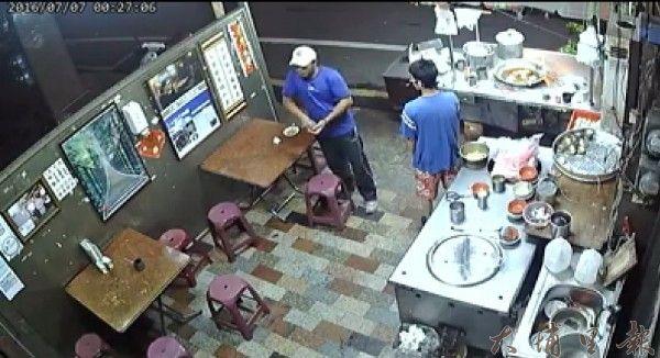 白帽男竊嫌上肉圓攤消費付帳後,等待客人離去。(圖擷自臉書)