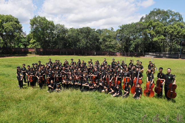 Butterfly交響樂團在「蛹之聲」音樂發表之前,先在暨大附中拍定裝照。(柏原祥攝)