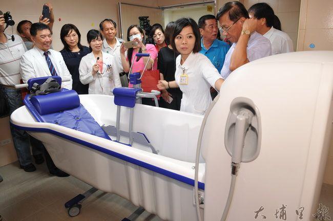 台中榮總埔里分院緩和療護病房啟用,洗澡間的洗澡機相當先進,緩解臨終病人身體不適。(柏原祥攝)
