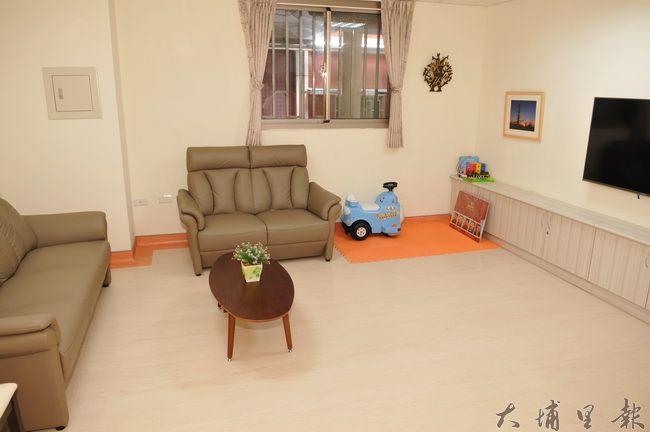 台中榮總埔里分院緩和療護病房啟用,交誼廳含有客廳的沙發、影音設備、餐桌椅、及兒童遊憩區。(柏原祥攝)