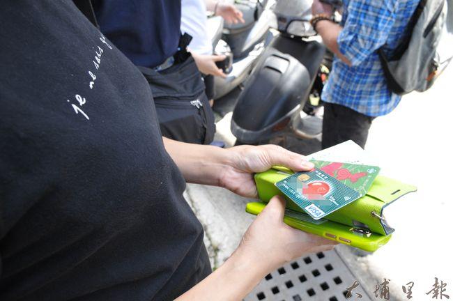 黃佳琪手機裡還夾帶健保卡、提款卡、信用卡,幸好被美籍男子麥可拾獲歸還。(柏原祥攝)