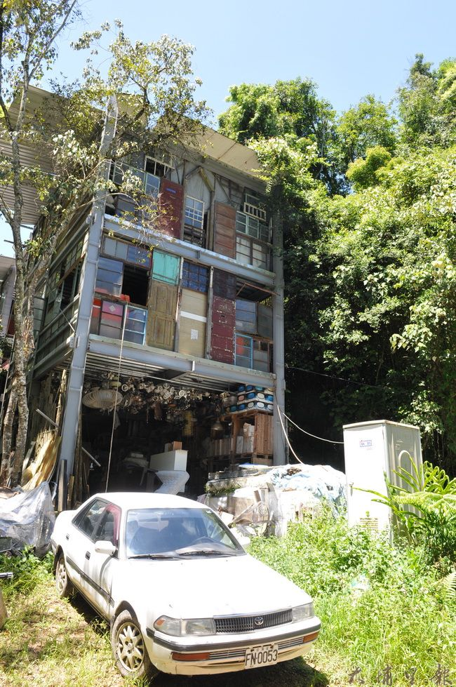 紙寮坑藝術農工場位於桃米里桃米巷,是一棟鋼骨建築,除了骨架,建築材料幾乎都來自眷村或老屋拆遷後的廢料。(柏原詳攝)
