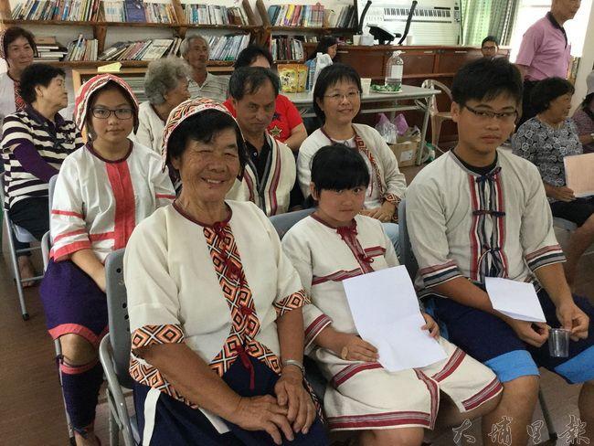 埔里眉溪噶哈巫族人至南豐村楓仔林社區探望族親,老中青三代都來了。(噶哈巫文教協會提供)