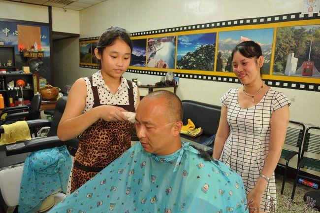 越南單親媽黃碧莉9歲就開始幫人剪髮,看著女兒徐雅婷承襲好手藝,感到相當欣慰。(柏原祥攝)