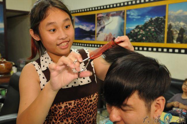 徐雅婷雖然只有國一,但已有好幾年幫忙客人的剪髮經驗。(柏原祥攝)