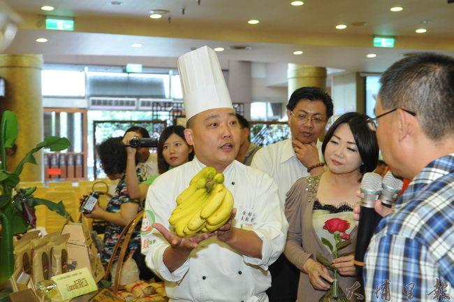 今年台灣美食展南投館主題訂為「田甜的南投」,行前記者會金都餐廳行政主廚劉恆宏介紹南投在地食材。(柏原祥攝)