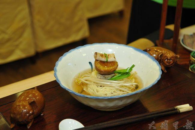 台灣美食展南投館主題訂為「田甜的南投」,圖為胡切仔麵的招牌麵。(柏原祥攝)