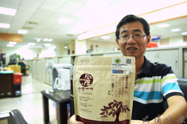 國姓鄉公所積極推動國姓咖啡產地認證標章(包裝右上角),要打開國姓咖啡的銷路。(柏原祥攝)