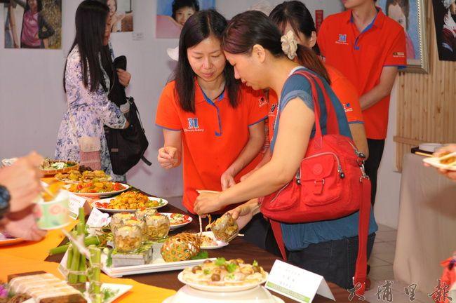埔里鎮農會舉辦第3屆百香果評鑑,並展示茭白筍粿創意新吃法。(柏原祥攝)