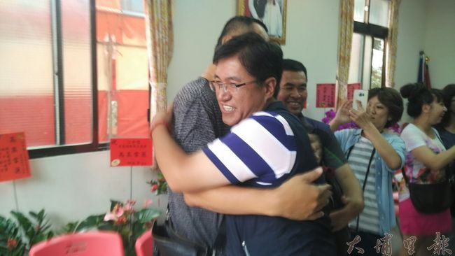 前仁愛鄉長張子孝親弟江子信(右)鄉長補選勝選,他興奮的與支持者擁抱。(諾爾攝)
