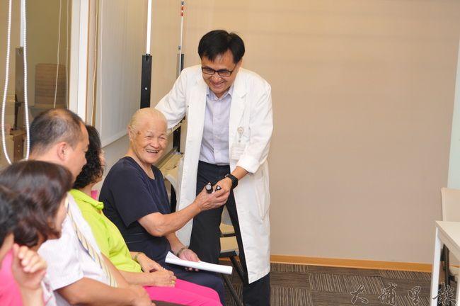 陳宏麟診所搬遷至新大樓,良顯堂社會福利基金會創辦人陳綢到場祝賀。(柏原祥攝)