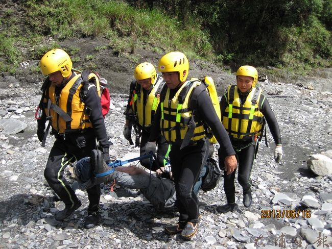 每一件山難都會耗費龐大社會成本,尤其是第一線救難人員,經常暴露風險。(南投消防局提供)