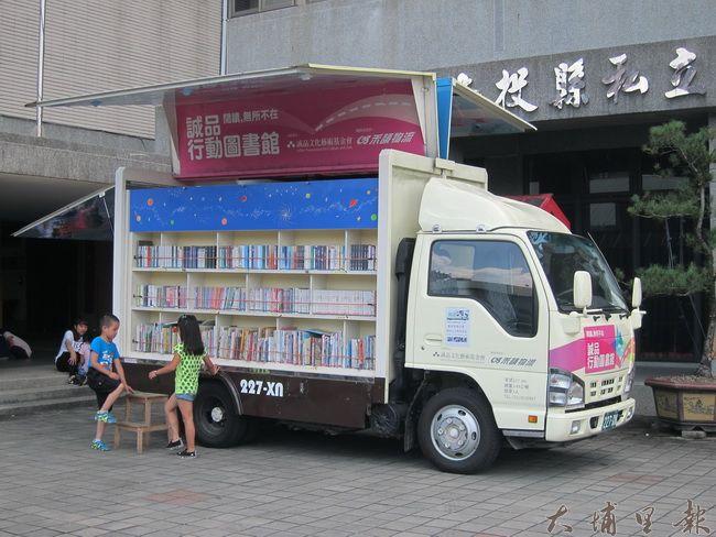 行動圖書館與禾頡物流的專車改造而成,所到之處,隨時變身成圖書館。(金城嚴 攝)
