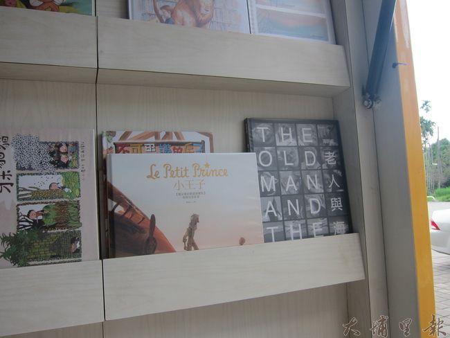 書架上不乏有法國經典童書《小王子》、文學巨擎海明威《老人與海》經典書籍。(金城嚴 攝)