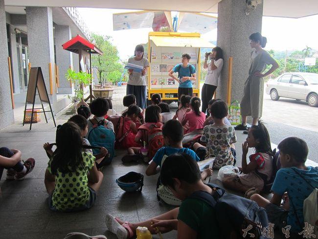 老師與小朋友們解釋行動圖書館的使用方式。(金城嚴 攝)