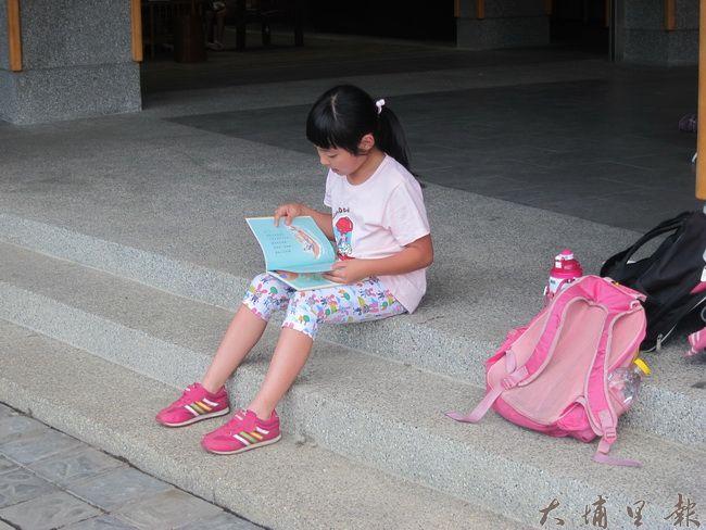 聽完老師說明使用方式,小朋友們迫不及待挑選自己喜歡的書,立馬坐下來細細閱讀。(金城嚴 攝)