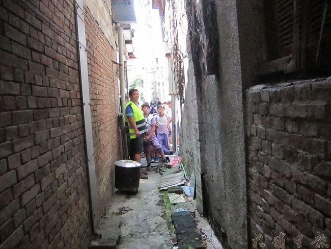 華國戲院一旁小巷,溪南國小孩子們望向裡面,對於過往人聲鼎沸的景象覺得驚奇無法想像。(金城嚴 攝)