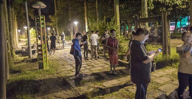 寶可夢浪潮來襲,埔里鎮也被捲入,實驗林晚上抓寶人潮不斷,熱鬧有如夜市。(尤傑攝)