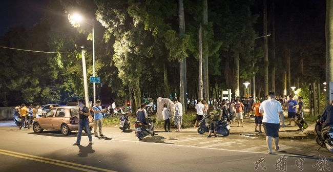 寶可夢浪潮來襲,埔里鎮也不例外,中興大學實驗林晚上抓寶人潮不斷,跟夜市沒兩樣。(尤傑攝)