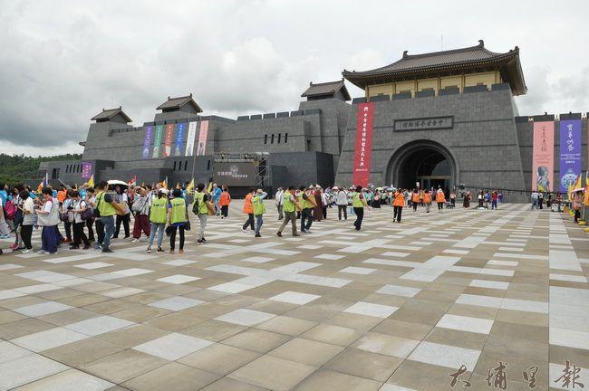 中台世界博物館竣工落成,第一天吸引許多信徒參觀。(柏原祥攝)