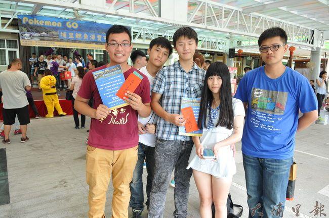 鯉魚潭舉辦寶可夢捉寶大賽,來自台中的玩家葉永楨(左)與國中同學團隊合作,贏得了冠軍。(柏原祥攝)