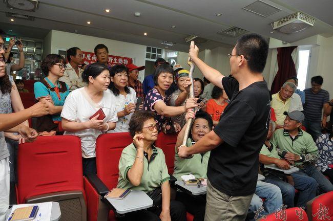 林文隆講師徒手抓著眼鏡蛇,讓民眾幫毒蛇抓龍。(柏原祥 攝)
