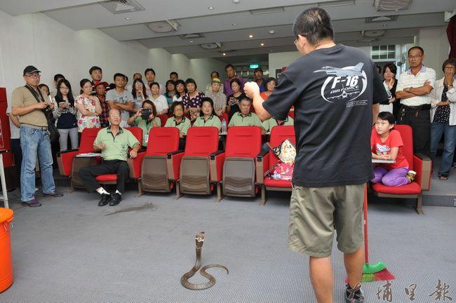 林文隆講師清楚講解蛇的習性,並親身示範。(柏原祥 攝)