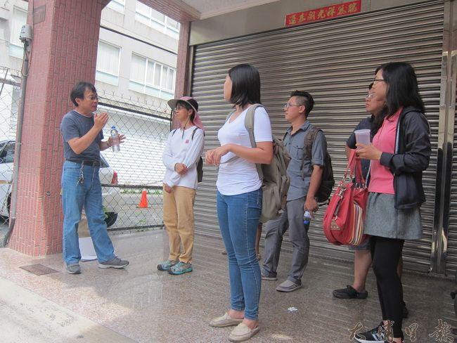 朱啟助老師向同學們解釋眼前建築的構圖。(金城嚴 攝)