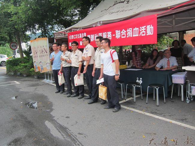 服役中的公共行政役役男也與單位長官一同前來捐出熱血。(金城嚴 攝)