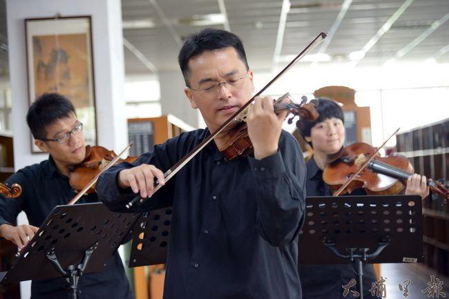 Butterfly樂團音樂顧問張睿洲老師於8月18日上的暨大附中記者會上演奏。(何貞青 攝)