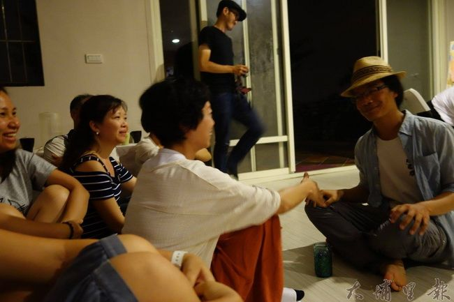 草根劇團演員與觀眾互動。(圖片來源 藍城書房https://goo.gl/K461P7)