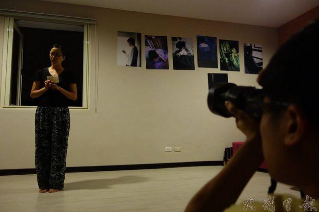 表演者正用自己的方式表現無重力的愛。(圖片來源 藍城書房草根劇團演員與觀眾互動。(圖片來源 藍城書房https://goo.gl/K461P7))