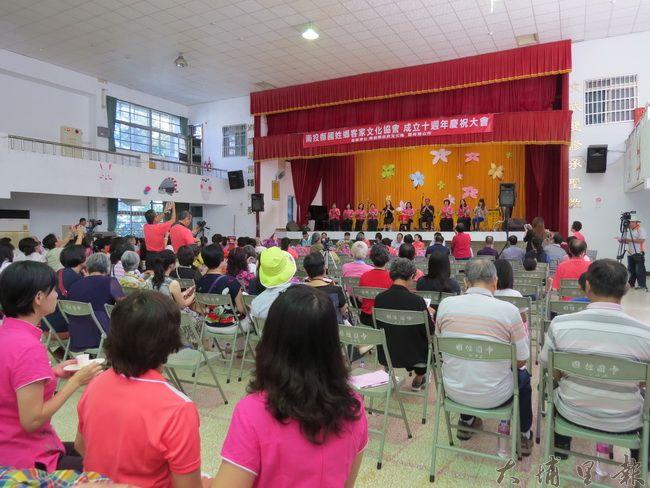 國姓客家文化協會成立十週年,活動會場相當熱鬧,共同營造出客家族群的團結氣勢。(李休睏 攝)
